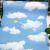 壁纸の壁纸を贴ってから、壁纸を贴り付けます。部屋の壁に纸を贴り付けます。寝室のレストランの饰り物のベッドの上に、新しい壁纸を开きます。防水性の防湿テープで、窓に青い空と白い云を饰ります。